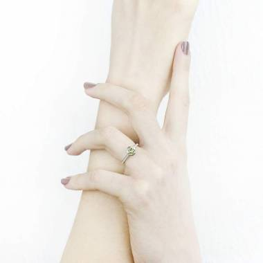Moon 圆形蓝宝石订婚戒指