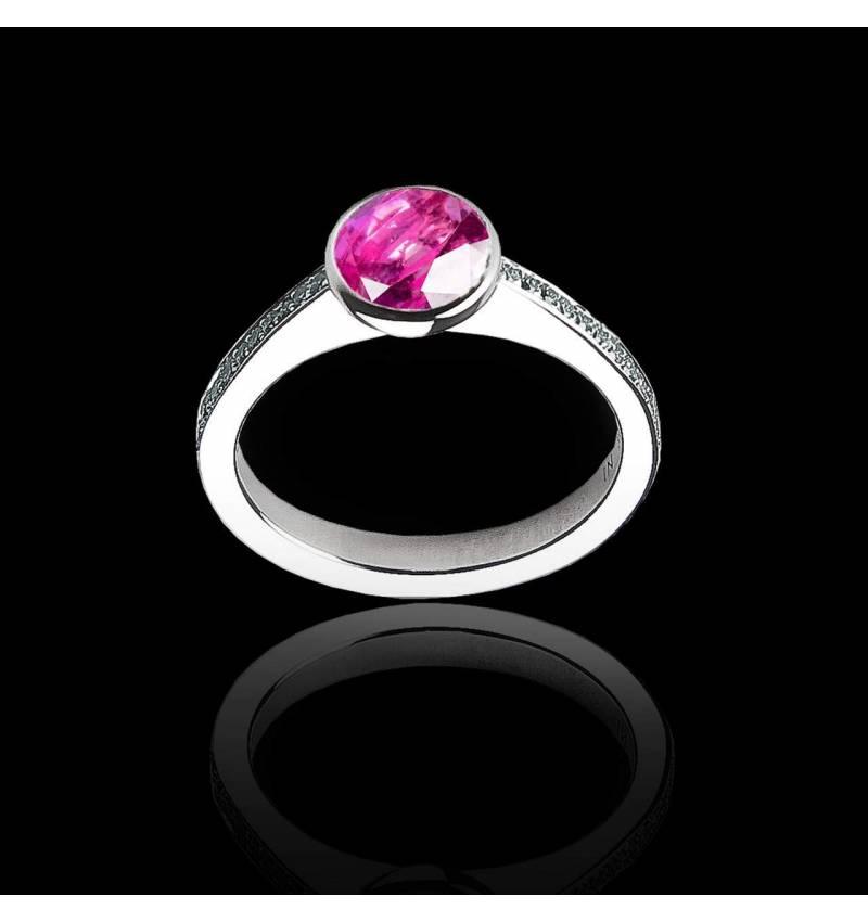 Moon 圆形粉红蓝宝石订婚戒指