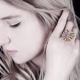 Dahlia 上漆粉红蓝宝石戒指
