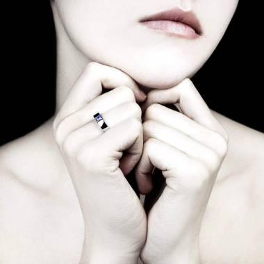 Pyramide 白18K金 圆形蓝宝石订婚戒指