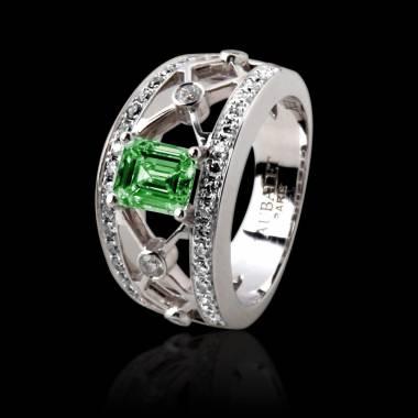 丽姬女王白18K金祖母绿宝石 群镶钻石戒指