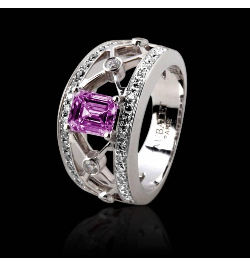 丽姬女王白18K金祖母绿形状粉红宝石 群镶钻石戒指