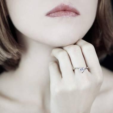 蛇纹之心形钻石订婚戒指