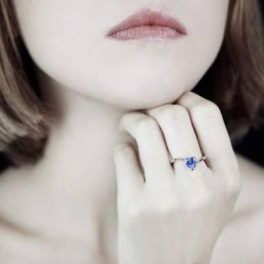 蛇纹之心形蓝宝石订婚戒指