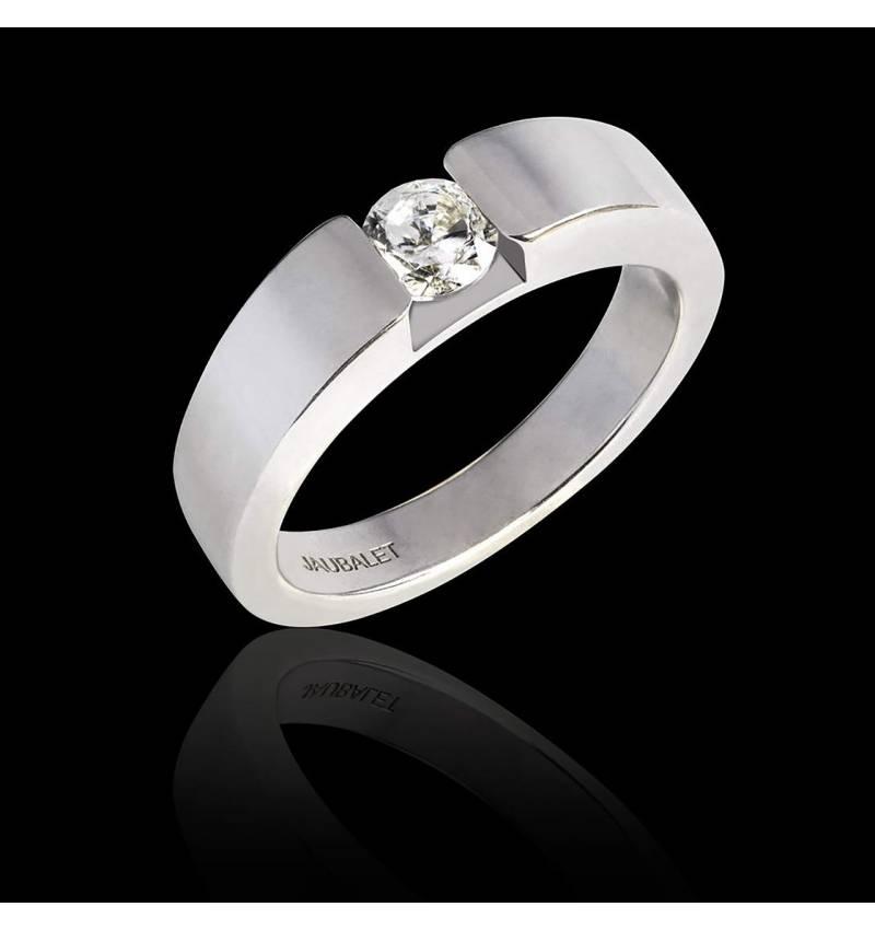 Pyramide白18K金圆形钻石订婚戒指